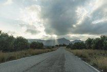 Grèce, Crète, route vide par temps nuageux — Photo de stock