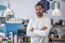 Verticale du propriétaire confiant d'un café — Photo de stock