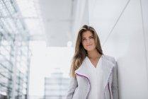 Porträt einer lächelnden jungen Frau, die sich umschaut — Stockfoto