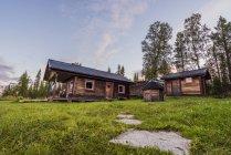Schweden, Kiruna, abgelegenes Holzhaus in der Natur — Stockfoto