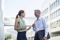 Dois parceiros de negócios comunicando — Fotografia de Stock