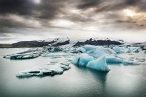 Iceland, South of Iceland, Joekulsarlon glacier lake, icebergs — Photo de stock