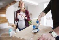 Coppia scatole di cartone per imballaggio e nastratura di case mobili — Foto stock