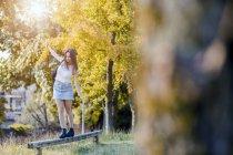 Jovem mulher equilibrando na madeira — Fotografia de Stock