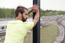 Hombre stetching en puente ferroviario - foto de stock