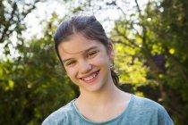 Retrato de menina sorridente no jardim — Fotografia de Stock