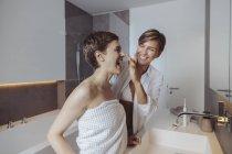 Felice coppia lesbica ottenere pronto per la loro giornata in bagno — Foto stock