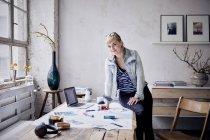 Femme souriante travaillant au bureau dans un loft design — Photo de stock