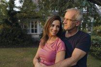 Зрелая пара в саду дома — стоковое фото