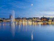 Alemania, Hamburgo, Alster interior con fuente de Alster en la noche - foto de stock
