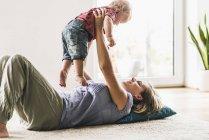 Mãe, brincando com o filho em casa — Fotografia de Stock
