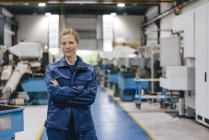 Молодая женщина, работающая в высокотехнологичной компании, портрет — стоковое фото