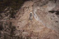 Spaceman esplorare pianeta senza nome mentre in piedi nel deserto — Foto stock
