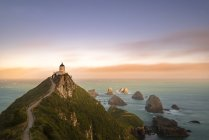 Nouvelle-Zélande, Île du Sud, Otago, Phare de Nugget Point au coucher du soleil — Photo de stock