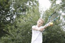 Портрет блондина, играющего в теннис — стоковое фото