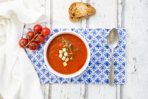 Томатний суп з смаженим хлібом, грінками і чебрецем, вид зверху — стокове фото