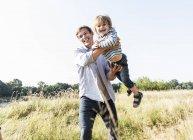 Отец и сын веселятся на природе в летний день — стоковое фото