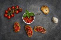 Brosse à la tomate, basilic, ail et pain blanc — Photo de stock