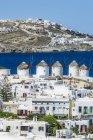 Grecia, Mykonos, paisaje urbano con cinco molinos de viento históricos - foto de stock