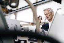Responsabile nell'impresa high-tech, controllante le parti della macchina — Foto stock