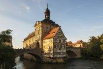 Германия, Бавария, Верхняя Франкония, Бамберг, Старый Таунхолл, Обере-Брюкке и Регниц — стоковое фото