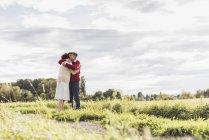 Старшая пара обнимается в сельской местности — стоковое фото