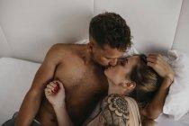 Романтичний молода пара цілуються на ліжку — стокове фото