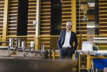 Успешный предприниматель, стоящий в компании — стоковое фото