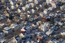 Islanda, Reykjavik, veduta aerea della zona residenziale con tetti innevati — Foto stock