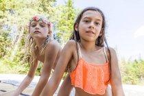 Портрет двух девушек в цветочной короне и бикини на открытом воздухе летом — стоковое фото