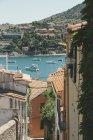 Франція, Колліур, таунпейзаж і човни в бухті — стокове фото