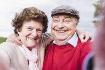 Селфі з днем старша пара на відкритому повітрі — стокове фото