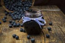 Домашнее черничное варенье в банке — стоковое фото