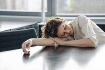 Втомився підприємець спати в офісі на столі — стокове фото