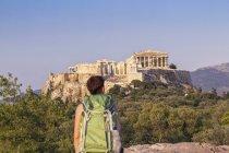 Grecia, Atene, turista che osserva al acropolis da Pnyx — Foto stock
