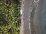 Indonesia, Bali, Veduta aerea della spiaggia con lettini vuoti — Foto stock