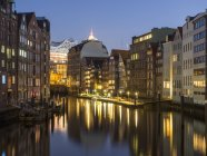 Germania, Amburgo, Nikolai canale con Elbphilharmonie sullo sfondo — Foto stock