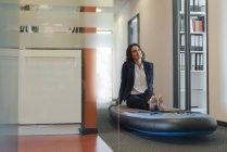 Босиком Бизнесвумен сидит на sup весло борту, мечтая в офисе — стоковое фото