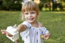 Portrait de mignonne petite fille dans le jardin — Photo de stock