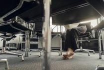 Pés descalços de mulher de negócios sob sua mesa — Fotografia de Stock