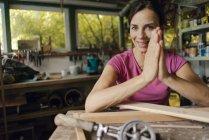 Портрет усміхнена зріла жінка в майстерні — стокове фото