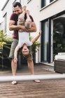 Отец и дочь веселятся в саду — стоковое фото