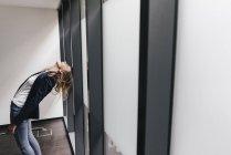 Смеющаяся деловая женщина, сгибающаяся набок в кабинете — стоковое фото