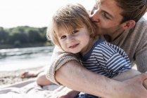 Портрет батька і сина веселяться на Ріверсайд — стокове фото