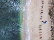 Indonesia, Bali, Veduta aerea della spiaggia di Balangan, sedie a sdraio vuote — Foto stock