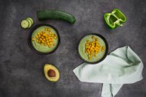Bowl of green gazpacho with avocado and curcuma roasted chick peas — Foto stock