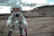 Spaceman sur une planète sans nom prenant des photos avec caméra — Photo de stock