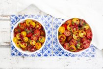 Insalata di pomodoro orientale con semi di melograno e menta — Foto stock