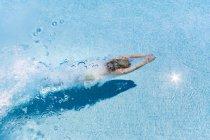 Donna immersioni in piscina acqua — Foto stock