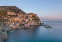 Italia, Liguria, La Spezia, Parco Nazionale delle Cinque Terre, Manarola alla luce della sera — Foto stock